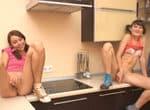 imagen jovencitas jugando con la verdura en la cocina