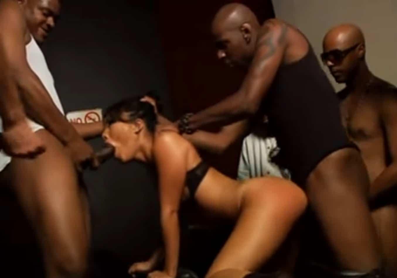 Agujeros Porno Gratis follada salvajemente por un monton de tios - pornohd.gratis