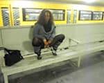 imagen Jovencita meando en el metro de Berlín
