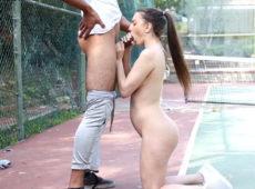 imagen Latina follada por un negro en cancha de baloncesto