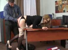 imagen Secretaria conserva su trabajo dejando que le abran el culo