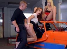 imagen Rubia y pelirroja en un trio de sexo con footjob incluido