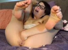 imagen Ama de casa metiéndose una mano en el coño