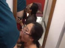 imagen Asiática tragándose una polla en un cambiador