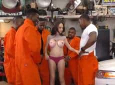 imagen MILF tetona follada por cinco negros en el taller mecánico