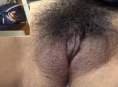 imagen Colegiala asiática masturba su coño peludo en un baño