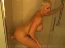 imagen Madura rusa masturbándose en el baño después de exhibirse en la calle