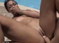imagen Orgasmos múltiples sin parar mientras la follan en la piscina