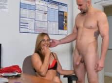 imagen Un calvo aparece desnudo y a la rubia le entran ganas de follar