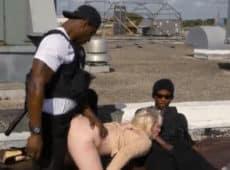imagen Vieja follando con dos policías para no pagar multas