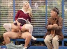 imagen Rubia follando en una banca pública con un viejo a su lado