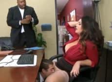 imagen Jefa tetona obliga a su asistente a comerle el coño en la oficina