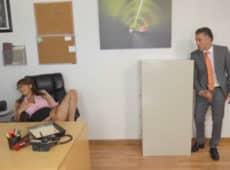 imagen Pilla a su secretaria masturbándose en horas de trabajo