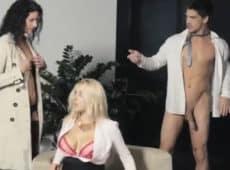 imagen Encuentra a su marido con la secretaria y hacen un trio