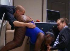 imagen Negra con culazo follando con dos compañeros de trabajo