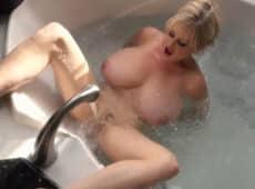 imagen La tetona madura se masturba con el chorro de agua