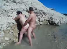 imagen Vieja gorda follando en el cauce de un rio