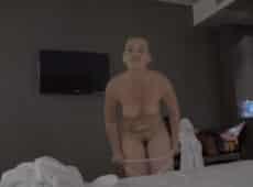 imagen La cerda se le muestra desnuda a su hijo