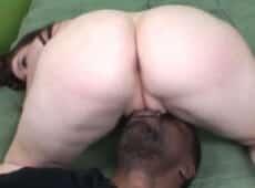 imagen Culazo bien gordo sobre la cara de un hombre negro